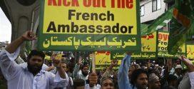 """مشروع قرار في باكستان لـ""""طرد سفير فرنسا"""" بسبب إعادة نشر رسوم مسيئة لرسول الله ﷺ"""