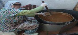 أم المهاجرين توزع وجبات الإفطارعلى المهاجرين السريين بمدينة برشلونة الإسبانية..